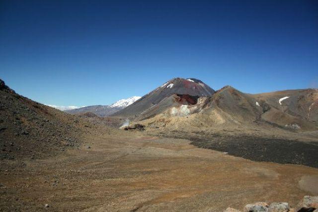 Zdjęcia: Tongariro Crossing, Mount Ngauruhoe a w tle ośnieżony mount Ruapehu, NOWA ZELANDIA