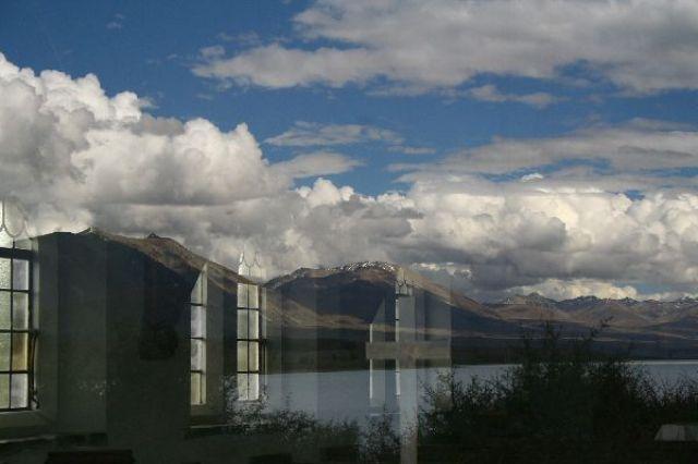 Zdj�cia: Tekapo, Odbicie w oknie ko�cio�a dobrego pasterza nad jeziorem Tekapo, NOWA ZELANDIA