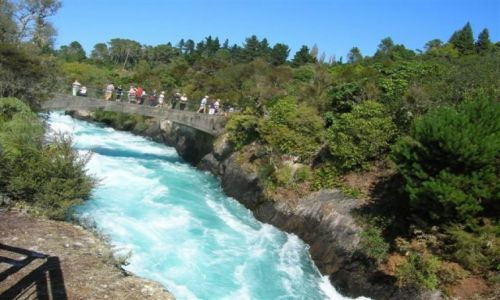 Zdjecie NOWA ZELANDIA / Pn. wyspa / Lake Taupo-miasto / Spieniona rzeka przed wodospadem