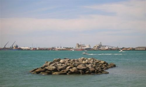 NOWA ZELANDIA / Pn. wyspa / Tautanga / W dali port Tauranga