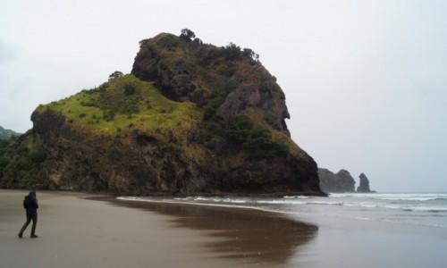 Zdjęcie NOWA ZELANDIA / Wyspa Północna / okolice Auckland / Czarna skała na plaży