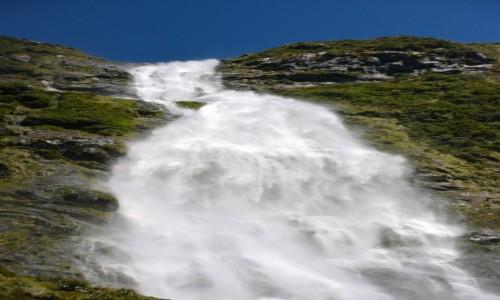 NOWA ZELANDIA / Southland / Park Narodowy Fjordów / 580 m wody w dół