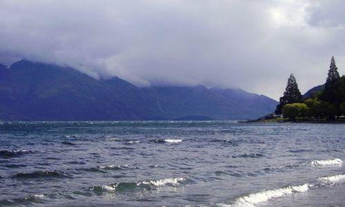 NOWA ZELANDIA / Południowa Wyspa / miasteczko Queenstown / prze burzą nad jeziorem w Queenstown