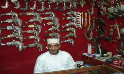 Zdjęcie OMAN / Muscat / Muttrah / Sprzedawca broni