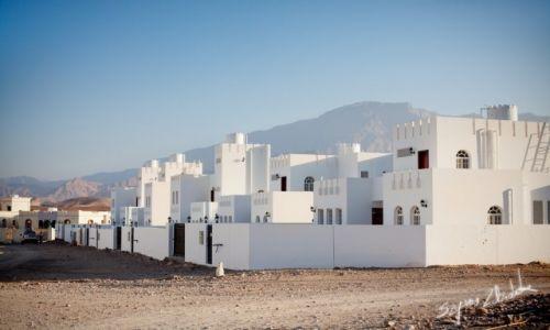 Zdjecie OMAN / Okolice Qurayyat / Wadi Dayqah Dam / Biało i równo