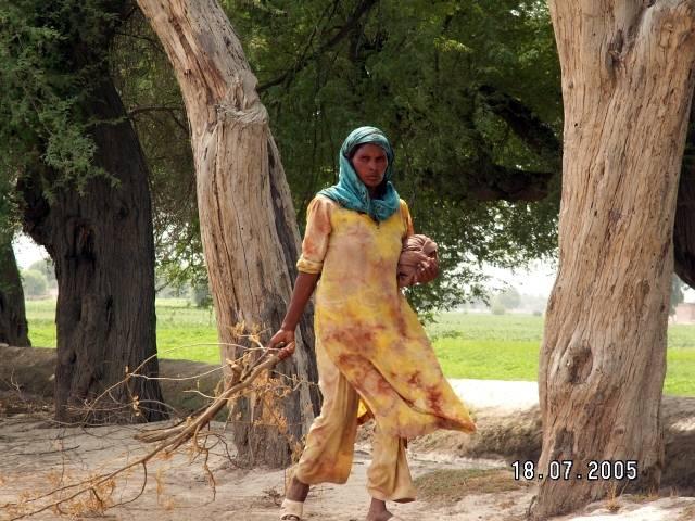 Zdjęcia: Fort Derawar, Pakistan, Kobieta z Derawar Fort, PAKISTAN