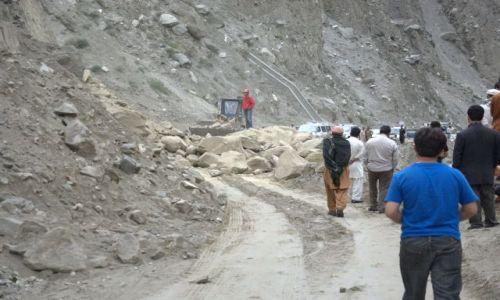 Zdjecie PAKISTAN / Karakorum highway - gdzieś powyżej Gilgit / Nanga Parbat /  Czasami drogi jeszcze nie ma
