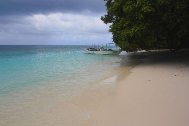 Zdjęcia: Palau, plaża z łódką, PALAU