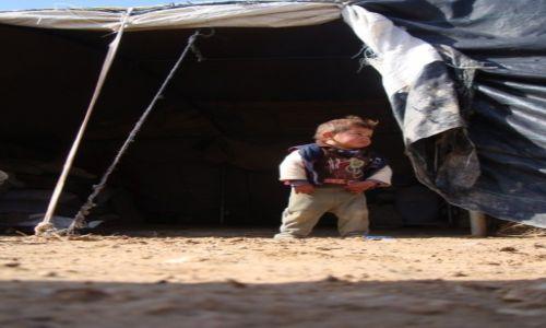 Zdjecie PALESTYNA / Południowy Hebron / Osada Dkaika / Młody beduin pilnuje domu...