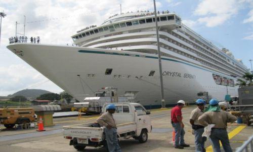 PANAMA / - / Kanał panamski / Statek oceaniczny na śluzie