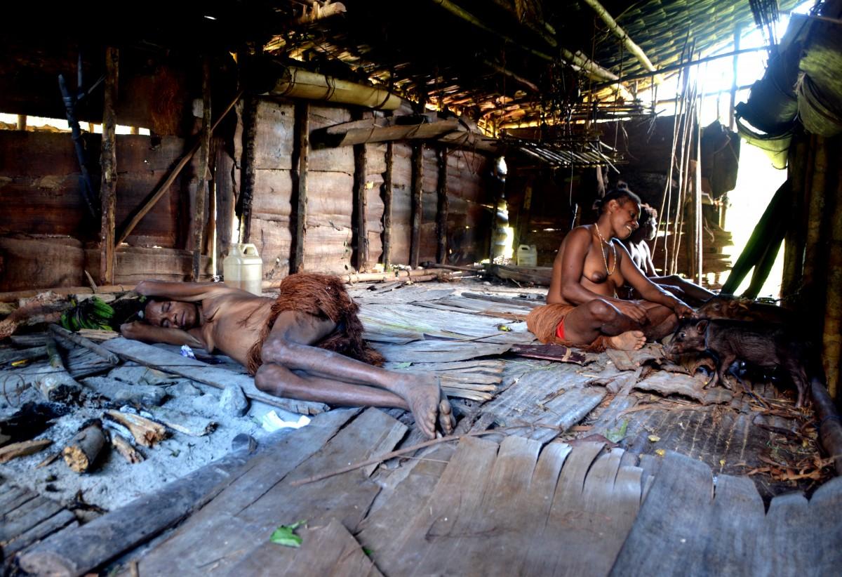 Zdjęcia: Papua Zachodnia, dwa dni marszu od wioski Mabul, las deszczowy, Korowajki w salonie :), PAPUA NOWA GWINEA