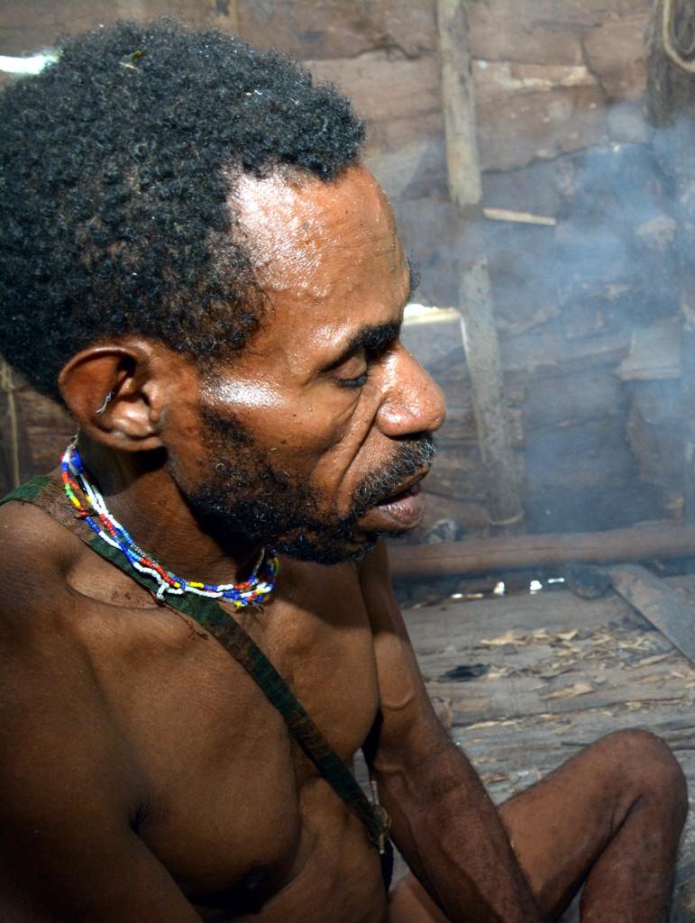 Zdjęcia: dwa dni marszu od wioski Mabul, las deszczowy, Papua Zachodnia, Korowaj medytuje :), PAPUA NOWA GWINEA