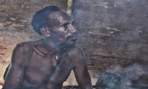 Zdjecie PAPUA NOWA GWINEA / Papua Zachodnia / dwa dni marszu od wioski Mabul, las deszczowy / Korowaj w oparach