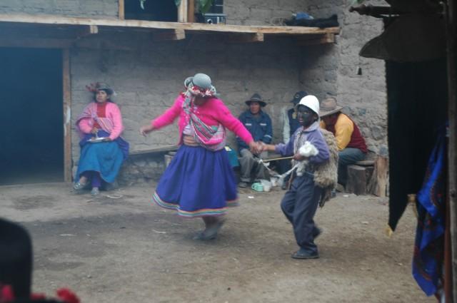 """Zdjęcia: Cahuana, Arequipa, Taniec """"Kolorowej Kobiety"""" z """"Dzieckiem Owcą"""", PERU"""