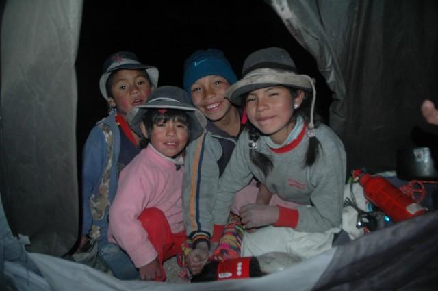 Zdjęcia: Puyca, Arequipa, Wieczorna wizyta dzieciaków w namiocie (zdj.do art.), PERU
