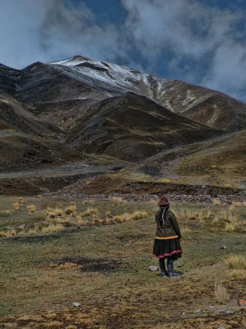Zdjęcia: Wgorach, Ausangate, Zapatrzona na gory kobieta , PERU