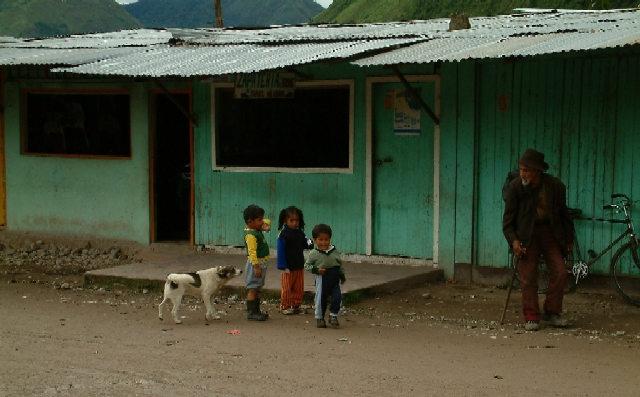 Zdj�cia: Oxapampa, Wschodnie Andy, Przed sklepem z butami (naprawd�!), PERU