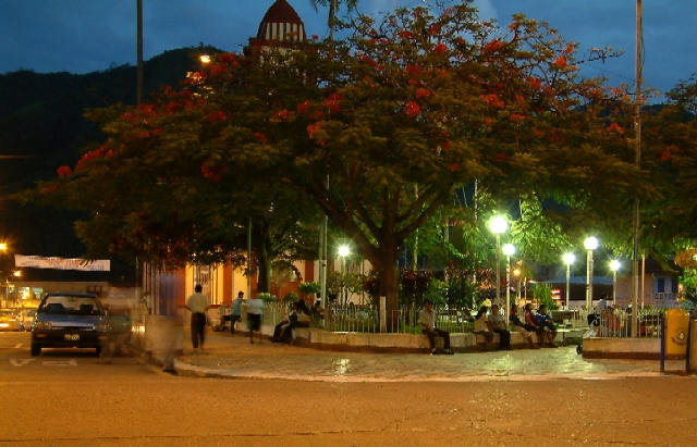 Zdj�cia: La Merced, rynek miasteczka, Andy, Kordyliera Wschodnia, Zmierzch w La Merced, PERU
