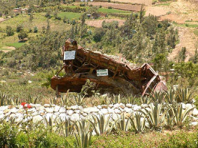 Zdjęcia: Yungay, Andy, Kordyliera Biała, Szczątki autobusu na Santo Campo de Yungay, PERU
