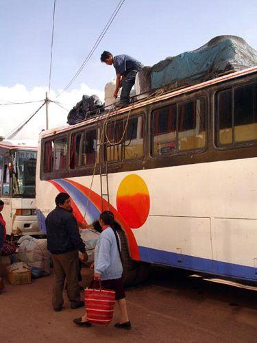 Zdjęcia: Cusco, Pakowanie bagazy na dach, PERU