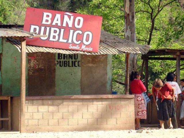Zdj�cia: Wioska Santa Teresa, W drodze z Cusco do Aguas Calientes, Lazienka publiczna, PERU