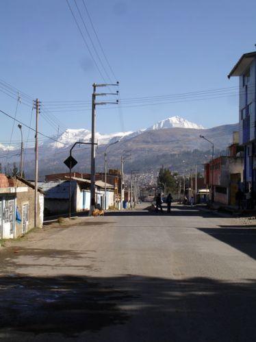 Zdjęcia: Huaraz, Huaraz - w tle szczyty Cordillera Blanca, PERU