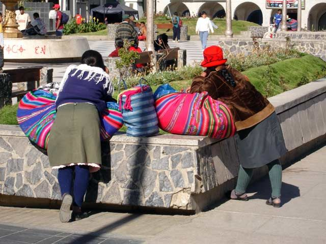 Zdjęcia: Huaraz, Kobiety odpoczywaja na Plaza de Armas, PERU