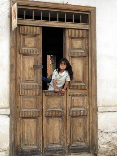 Zdjęcia: Huaraz, Dziewczynka obserwujaca uliczna fieste, PERU