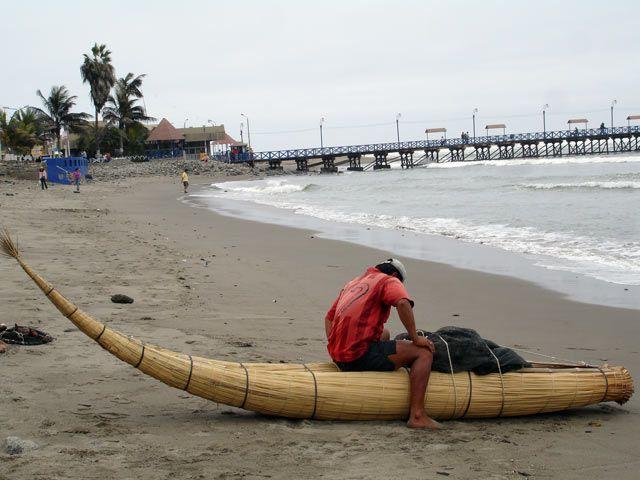 Zdjęcia: Huanchaco, niedaleko Trujillo, Rybak przygotowujący sie do wyplyniecia, PERU
