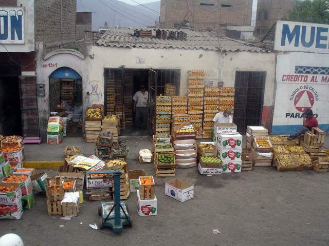 Zdjęcia: Chimbote, Uliczna sprzedaz owocow, PERU