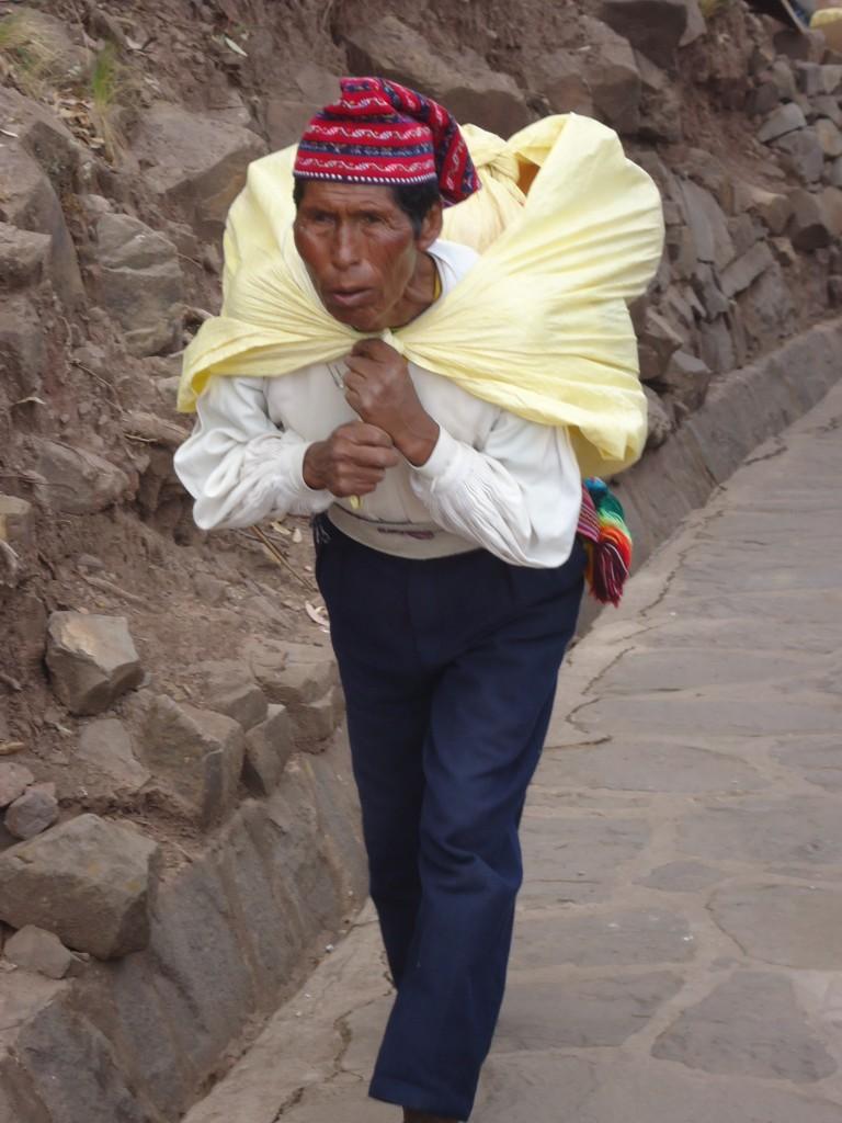 Zdjęcia: Wyspa Taquile (Titikaka), Puno, Tragarze (1), PERU