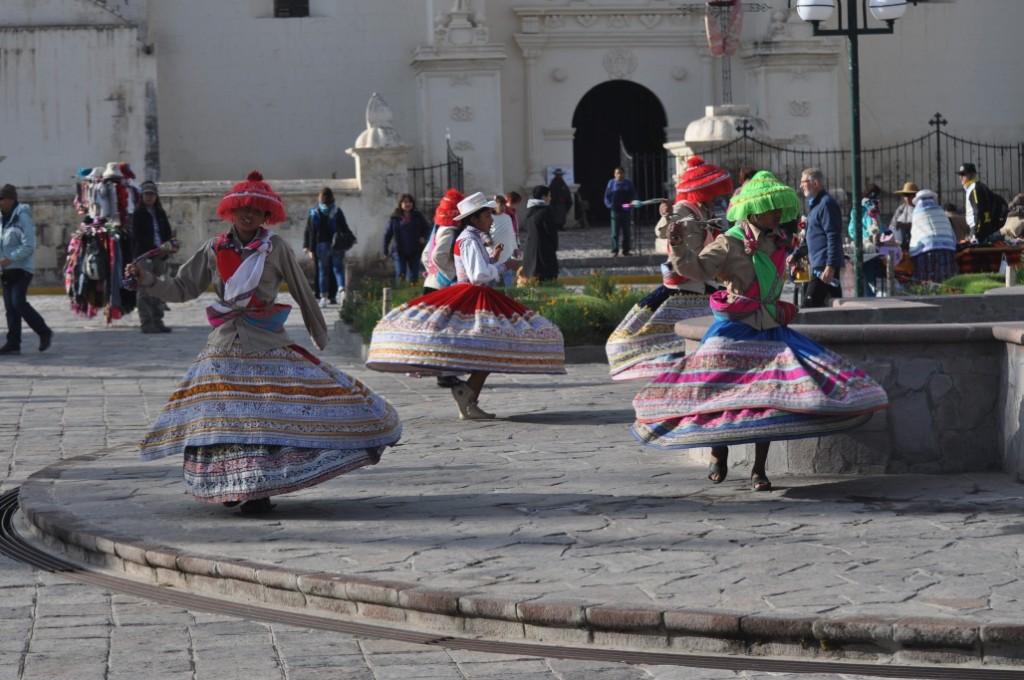 Zdjęcia: Yanque, Chivay, Poranny taniec dla turystów., PERU