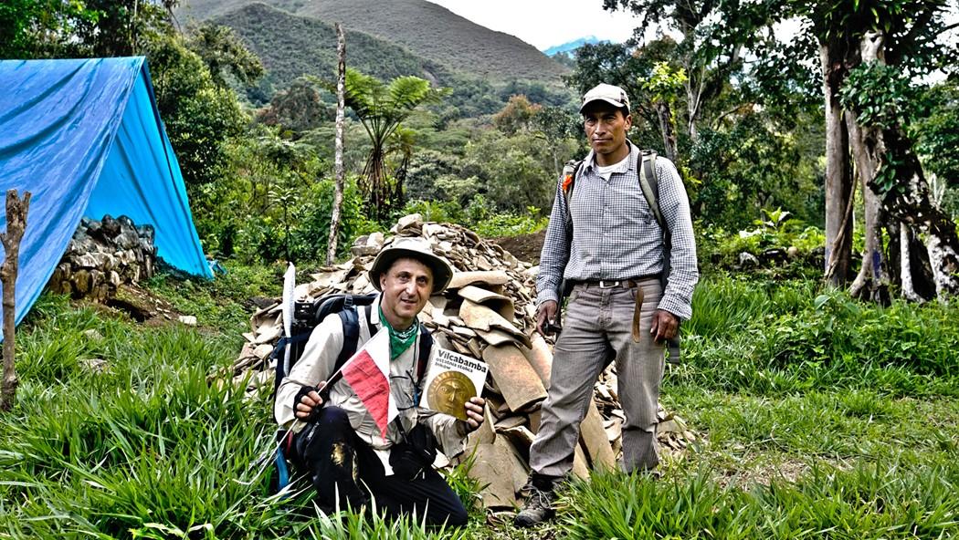 Zdjęcia: Vilcabamba, Vilcabamba, Ed i Pablo przy hałdzie inkaskich dachówek w Wielkiej Vilcabambie, PERU