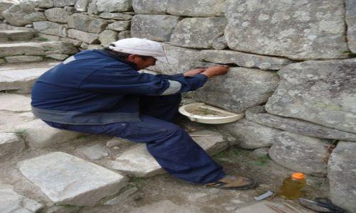 Zdjęcie PERU / Cuzco / Machu Picchu / Archeolog przy pracy