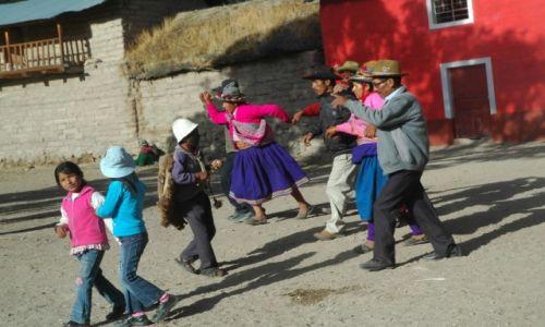 PERU / Arequipa / Cahuana / Taniec z kogutem dookoła kościoła