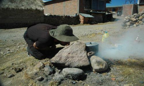 Zdjecie PERU / Arequipa / Huacullo / Pierwsze próby gotowania na odchodach alpak (zdj. do art)
