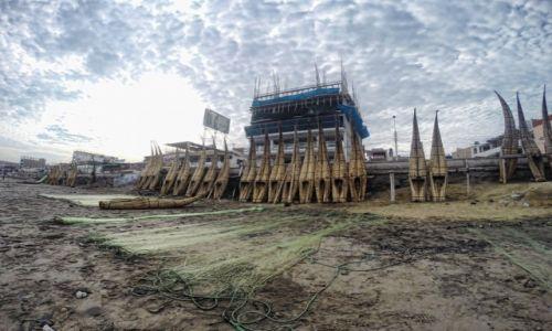 Zdjecie PERU / Trujillo / Huanchaco / Peruwiańskie łodzie trzcinowe – Caballitos de totora
