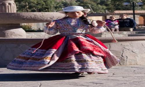 Zdjecie PERU / Arequipa / wioska Yanque w dolinie Colca / Dziewczyna w tańcu
