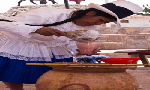 Zdjęcie PERU / Święta Dolina Inków / Maras / Pani polewająca chichę