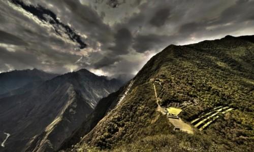 PERU / Cusco / Choquequirao / Burzowe chmury nad twierdzą