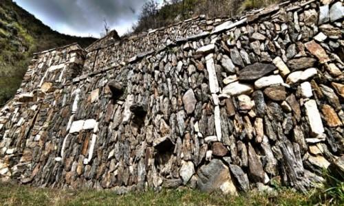 PERU / Cusco / Choquequirao / Tarasy w Choquequirao ozdobione sylwetkami lam i