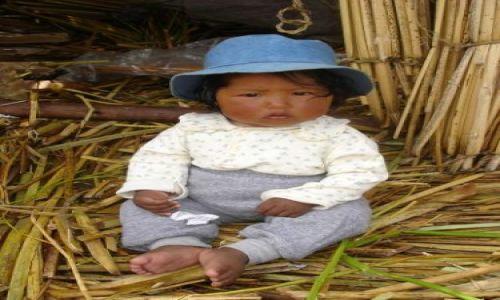 Zdjecie PERU / Jezioro Titicaca / Wyspy Uros / mała mieszkanka wysp Uros...