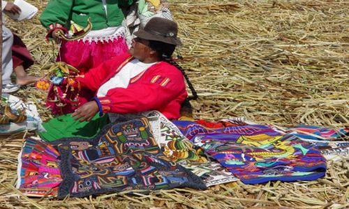 Zdjecie PERU / jezioro Titikaka / wyspa trzcinowa Uros / Peruwianka z wy