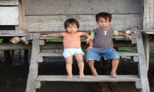 Zdjecie PERU / Iquitos / 8 godzin łodzią od Iquitos / młodzi Indianie
