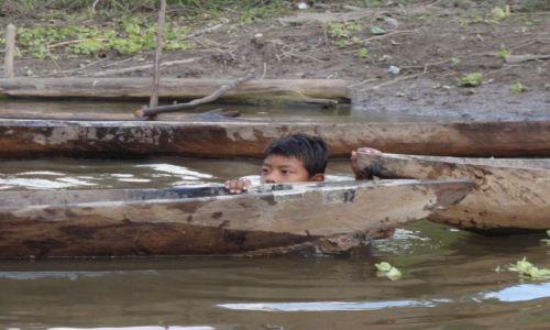 Zdjecie PERU / 3 godziny łodzią od Nauty / osada przy rzece Maranon / w rzece