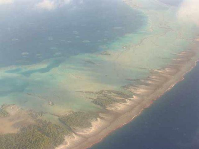 Zdjęcia: widok na atol z samolotu, Wyspa Fakarava, Fakarava z lotu ptaka, POLINEZJA FRANCUSKA