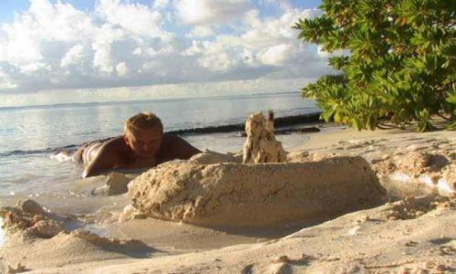 Zdjęcie POLINEZJA FRANCUSKA / Wyspa Fakarava / środek atolu ( 8 km do wioski) pole namiotowe / Można trochę odpocząć