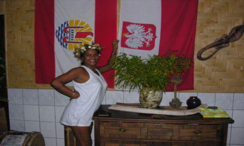 Zdjęcie POLINEZJA FRANCUSKA / Raiatea / Retsauracja Hibiskus / Helen i piękne flagi