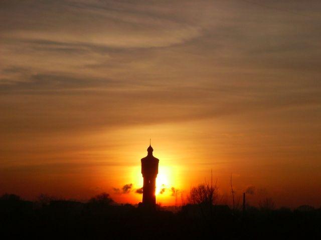 Zdjęcia: Września, Wielkopolska, Wieża ciśnień na tle zachodu słońca, POLSKA