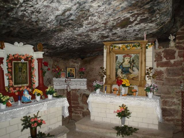 Zdjęcia: Perzowa Góra, Góry Świętokrzyskie, Kapliczka w skałach na Perzowej Górze, POLSKA